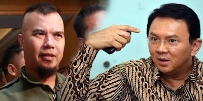 "Pernyataan keras dilontarkan musisi kondang Ahmad Dhani terkait pilihan Basuki Tjahaja Purnama (Ahok) yang akhirnya memilih jalur partai politik untuk maju di Pilgub DKI 2017.  ""1 juta KTP ta** kucing….Ahok makan muntah nya sendiri,"" tulis Dhani di akun Twitter @AHMADDHANIPRAST.  Tak hanya Dhani, netizen baik pro ataupun kontra, melambungkan tagline atau tanda pagar (tagar) #BalikinKTPGue. Tagar #BalikinKTPGue pun menduduki posisi puncak trending topic Twitter.  Di sisi lain, dukungan untuk Yusril Ihza Mahendra semakin menguat. Hal itu salah satunya ditandai dengan melambungnya tagar #DKIMajuBersamaYIM yang menduduki posisi dua trending topic Twitter hari ini (28/07).    Sebelumnya dalam sambutannya di acara halal bihalal di Sekretariat Teman Ahok, Pejaten, Pasar Minggu, Jakarta Selatan, Rabu (27/7), Ahok memutuskan jalur partai politik menuju Pilgub DKI 2017. ""Sudah, saya pakai parpol saja lah. Terimakasih,"" kata Ahok.  Keputusan tersebut disambut tepuk tangan seratusan orang di tenda merah putih itu. Tiga parpol pendukung menyatakan siap menyukseskan Ahok, mereka adalah Partai NasDem, Partai Hanura, dan Partai Golkar. Para elitenya berkumpul di tempat ini. Begitu pula Teman Ahok.  ""Kami menghargai dan mendukung keputusan Ahok, setelah kami lakukan dialog dengan Basuki Tjahaja Purnama, perwakilan tiga partai pendukung, Akhirnya Ahok memutuskan untuk maju menggunakan kendaraan partai politik bersama Teman Ahok,"" kata juru bicara Teman Ahok Amalia Ayuningtyas."