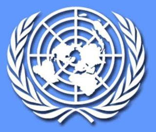 "Sejarah PBB     Sejarah PBB sendiri dimulai ketika Liga Bangsa-Bangsa dianggap telah gagal mencegah meletusnya Perang Dunia II, yaitu diantara tahun 1939 hingga tahun 1945. Untuk mencegah terjadinya Perang Dunia Ketiga, yang mana tidak diinginkan oleh seluruh umat manusia, maka pada tahun 1945 PBB didirikan untuk menggantikan Liga Bangsa-Bangsa dengan tujuan untuk memelihara perdamaian internasional dan meningkatkan kerjasama dalam memecahkan masalah ekonomi, sosial dan kemanusiaan internasional.   Rencana konkrit awal untuk organisasi dunia baru ini dimulai di bawah naungan Departemen Luar Negeri AS pada tahun 1939. Franklin D. Roosevelt dipercaya sebagai seorang yang pertama menciptakan istilah ""United Nations"" atau Perserikatan Bangsa-Bangsa sebagai istilah untu menggambarkan negara-negara Sekutu. Istilah ini pertama kali secara resmi digunakan pada 1 Januari 1942, ketika 26 pemerintah menandatangani Piagam Atlantik, dimana masing-masing negara berjanji untuk melanjutkan usaha perang.  Pada tanggal 25 April 1945, Konferensi PBB tentang Organisasi Internasional dimulai di San Francisco, dihadiri oleh 50 pemerintah dan sejumlah organisasi non-pemerintah yang terlibat dalam penyusunan Piagam Perserikatan Bangsa-Bangsa. PBB resmi dibentuk pada 24 Oktober 1945 atas ratifikasi Piagam oleh lima anggota tetap Dewan Keamanan-Perancis, Republik Cina, Uni Soviet, Inggris dan Amerika Serikat dan mayoritas dari 46 anggota lainnya. Sidang"