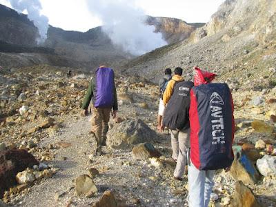 Tips Aman Mendaki Gunung