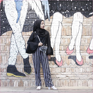 Outfit Celana Cullotes Untuk Hijabers Ala Selebgram 2018 top blouse hijab pashmina diamond hitam high heels loafers and slip ons putih cullotes motif stripe ciput ootd trendy slingbags tambok lukisan