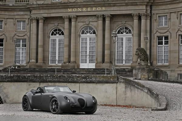 Diseño de auto de lujo con pintura negra mate