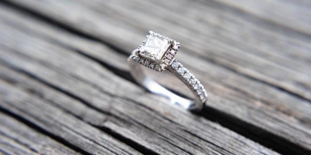 Γκαντεμιά: Έκανε πρόταση γάμου και του έπεσε το δαχτυλίδι στον… υπόνομο (βίντεο)