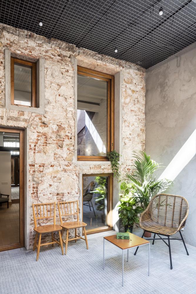 Il recupero di una casa su due livelli a barcellona for Quartiere gracia barcellona