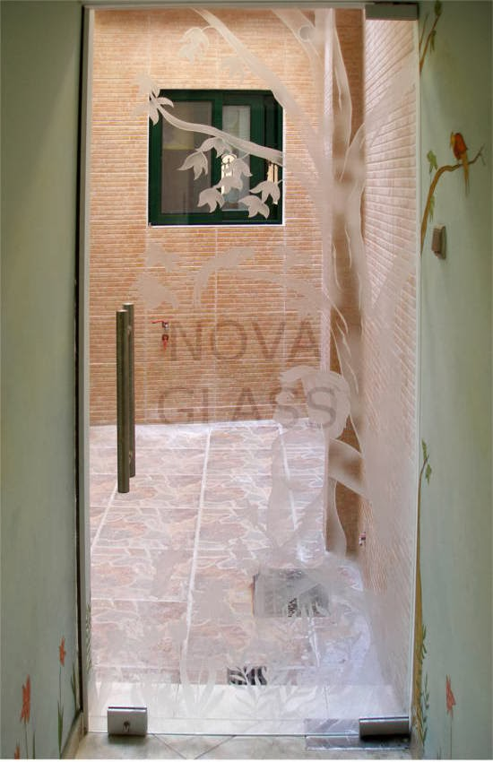 Γυάλινη πόρτα με σχέδιο χαρακτικής