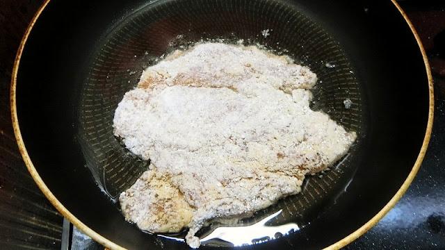 フライパンに油を熱して鶏肉をこんがり両面ゆっくり揚げます。