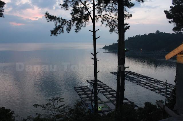 Keindahan Danau Toba pada malam hari terlihat begitu menakjubkan, tapi sayang masih banyak kerambah-kerambah ikan yang merusak keindahannya.  (photo: tagor)