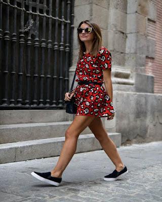 vestido de primavera rojo con tenis casuales