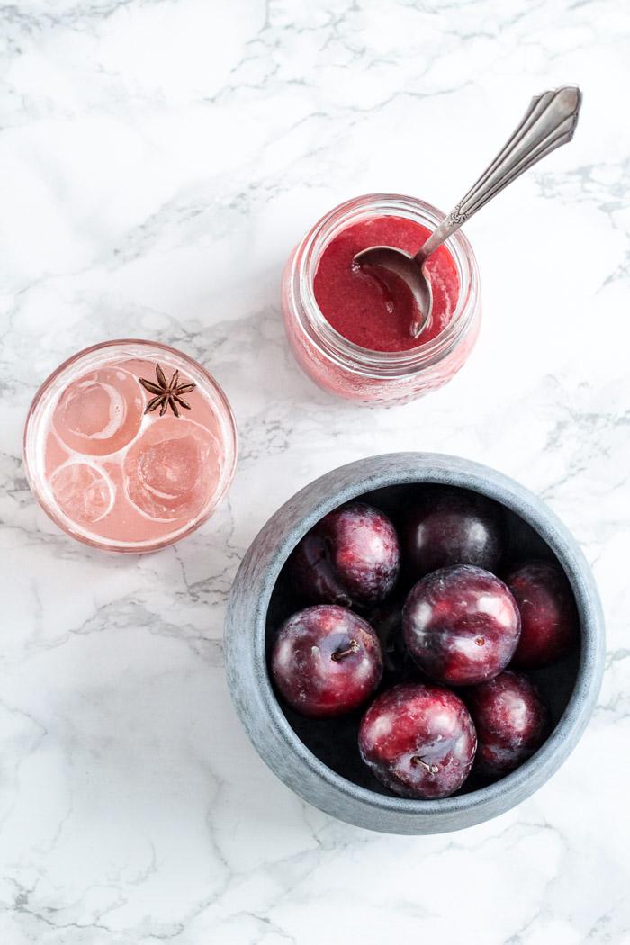 Cheers! 〖Fruchtiger Herbstcocktail: Gin Fizz mit Gewürzpflaume〗