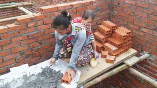 Meski Beresiko, Ibu Ini Tetap Jalani Tugasnya Sambil Gendong Anak Di Ketinggian