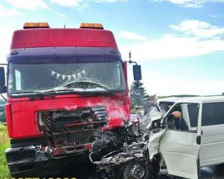Сталося жахливе лобове зіткнення мікроавтобуса і вантажівки