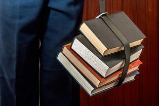 ragazzo con libri in mano