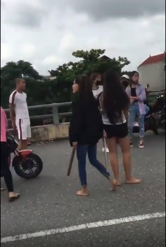 Nhóm nữ sinh 2k vác tuýp và hàng nóng ra phang nhau SML giữa đường tại Bắc Ninh