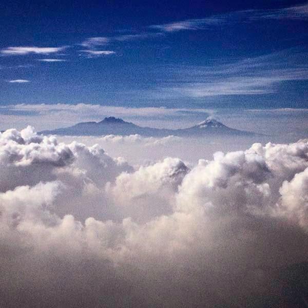 Llegando a la Ciudad de México vemos  los volcanes Iztaccíhuatl y Popocatépetl.  Observando sus imponentes siluetas, con  un poco de hambre, echo de menos el  México de hace unos años, ese lugar  donde no era tan difícil encontrar  una bolsa de cacahuates mexicanos.