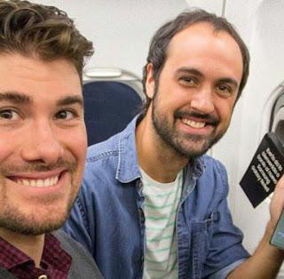 Semua penumpang pesawat ini dapat Samsung galaxy note 8 Gratis ( pasti seneng banget)