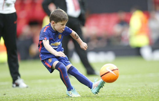 Manchester United sign Wayne Rooney's 6 year old son Kai (photos)