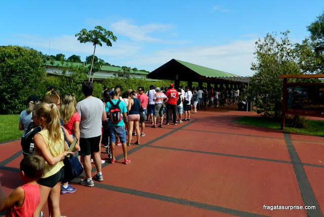 Fila para pegar o trem que transporta os visitantes pelo lado argentino das Cataratas do Iguaçu