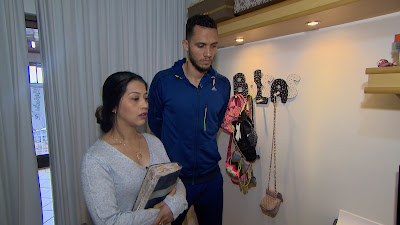 Simone e Neto com a bíblia resgatada por Cabrini (Divulgação/SBT)