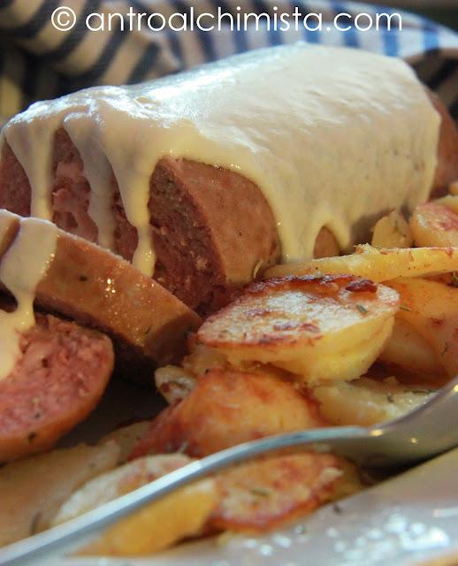 Polpettone Speck e Formaggio in Salsa di Parmigiano con Patate Arrosto allo Speck ricetta per Slow Cooker