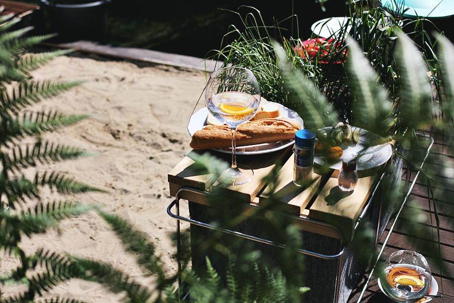 freunde essen gemeinsam sommer