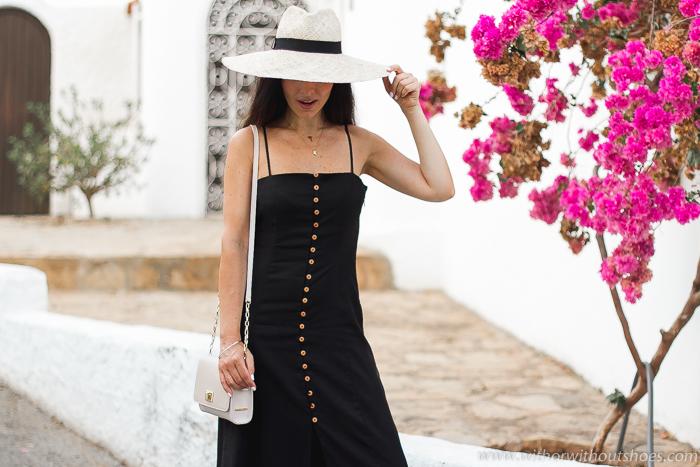 Blogger influencer en Mojácar con ideas de oufit con estilo llevando sombrero y vestido midi