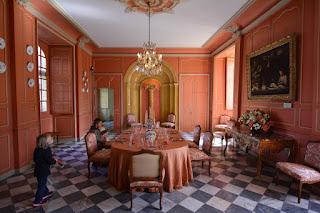 La salle à manger avec son immense table fixe est d'une grande modernité pour l'époque ; la couleur saumon des murs était faite pour rappeler les origines provençales du marquis de Castellane, propriétaire des lieux au XVIIIème siècle. Le sol est en marbre, comme tout lieu de passage, le bois du parquet étant réservé aux lieux privés.