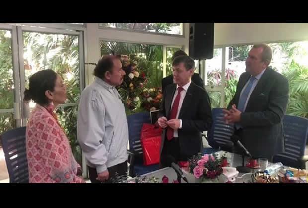 """Daniel Ortega es condecorado por los comunistas rusos, por su """"aporte a la paz"""""""
