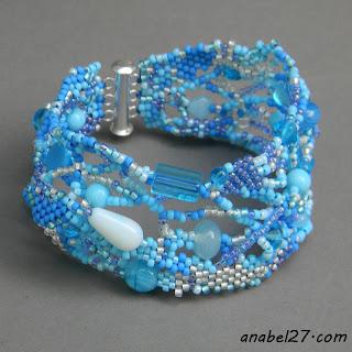 голубой браслет из бисера фриформ бохо