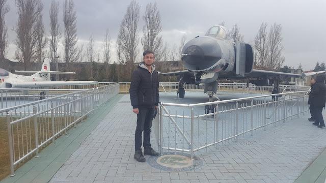 Harun İstenci Eskişehir Sazova'da McDonnell Douglas F-4 Phantom II önünde. Tepebaşı,Eskişehir - Ocak 2019