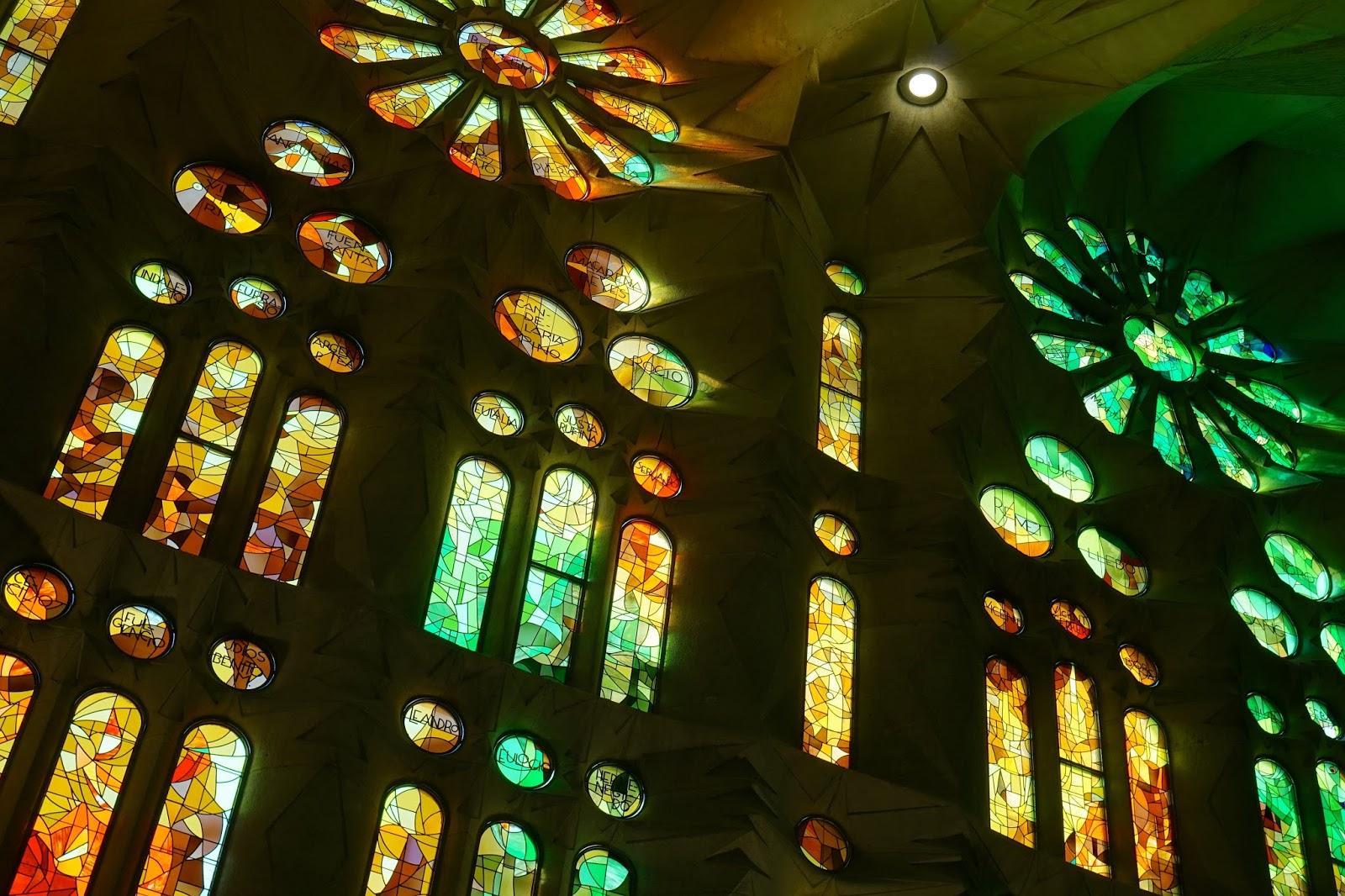 サグラダ・ファミリア (Sagrada Familia) 側廊のステンド・グラス