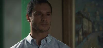 A beata Mirtes (Elizabeth Savalla) verá o filho Aranha (Paulo Rocha) morto na bola de cristal