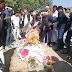 नीमकाथानाः शहर के मुख्य मार्गो से संघर्ष समिति व अनेक सामाजिक संगठनों के लोगों ने पालिका अध्यक्ष के पुतले की शव यात्रा निकालकर पालिका के बाहर किया अंतिम संस्कार