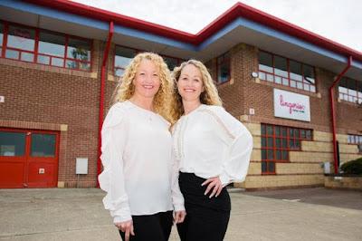 Clare Haines (trái) và người bạn thân Melissa Burton trong câu chuyện