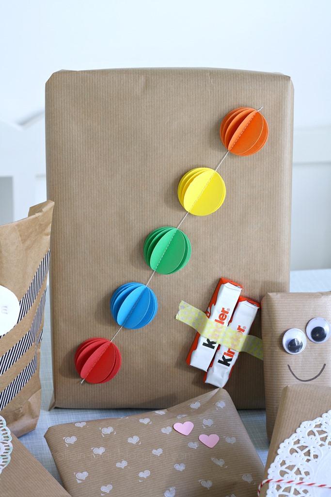 Bloggeraktion Mitmachaktion #12giftswithlove miss-red-fox Frollein Pfau, Geschenke kreativ verpacken mit Kraftpapier, DIY Geschenkeverpackungen, Buchstabenstempel, Geschenkpapier bestempeln, selbtsgemachtes Geschenkpapier zum Kindergeburtstag, Verpackungsideen zum Kindergeburtstag, Wackelaugen