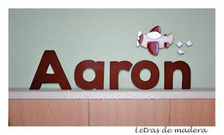 letras de madera para pared Aaron con silueta de avión babydelicatessen