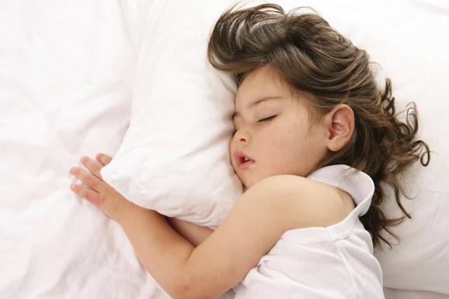 كيفية تعويد الطفل على النوم بمفرده