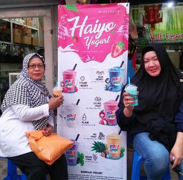 HALAL : Haiyo Yogurt nikmat, segar, menyehatkan juga halal dan aman dikonsumsi segala usia seperti dua pengunjung ini. Foto Istagram @haiyo_pontianak