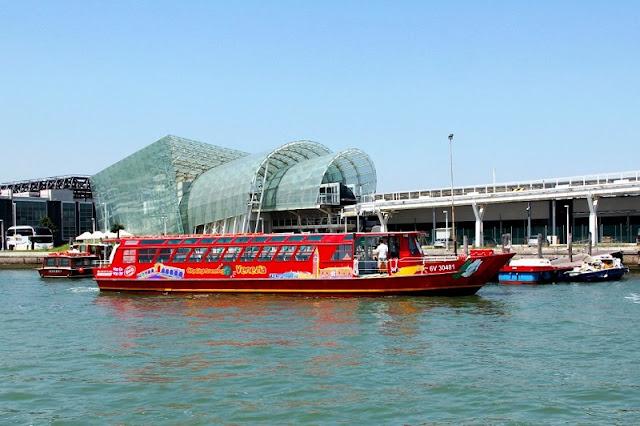 Barco turístico passando por canal veneziano