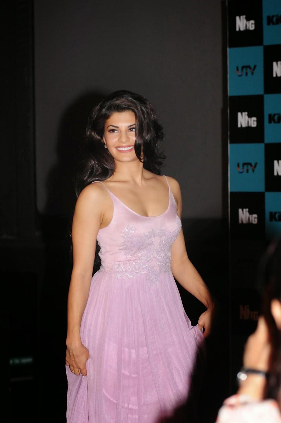 Jacqueline Fernandez Sexy Cleavage Show At 'Jumme Ki Raat ...