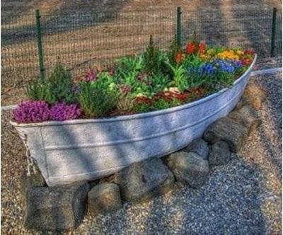 Gunakan perahu kayu bekas sebagai pot tanaman.  Pajang pot tanaman dari perahu bekas ini di darat atau danau.