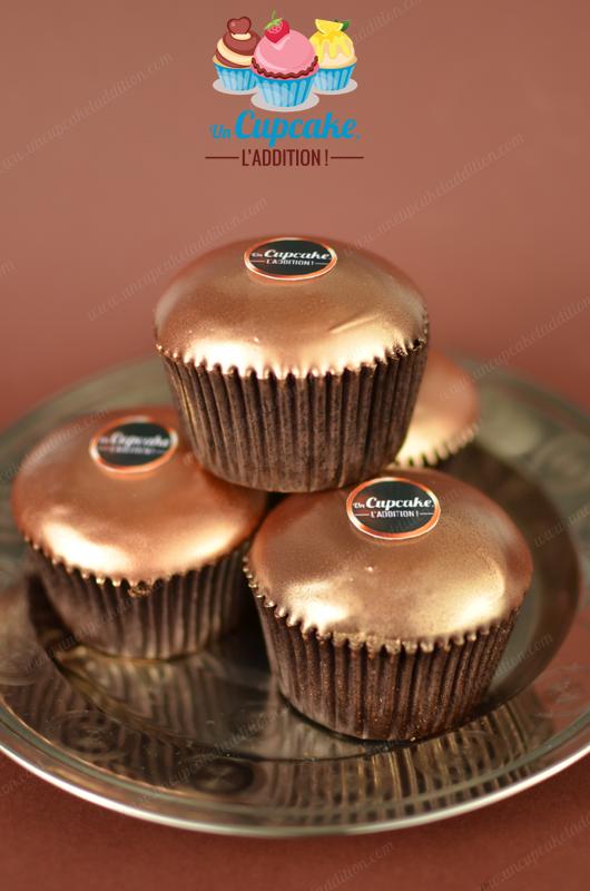 Cupcakes Noir Intense façon Ferrero RondNoir® : pour les amateurs de chocolat noir : gâteau au chocolat noir, fourrage crème au chocolat noir et pépites de chocolat noir, couverture craquante de chocolat noir. Black is black !