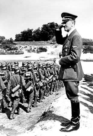 Adolf Hitler que revisa a tropas en el frente del este