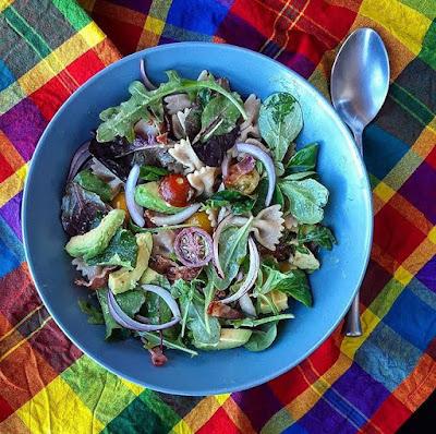 Salade composée de pâtes avocat bacon et ses légumes charlotte and Cooking