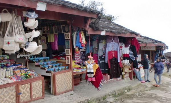 penjual suvenir di area wisata tangkuban perahu