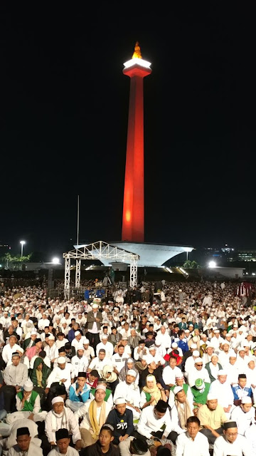 Ribuan umat Islam melakukan shalat subuh berjamaah di Monas