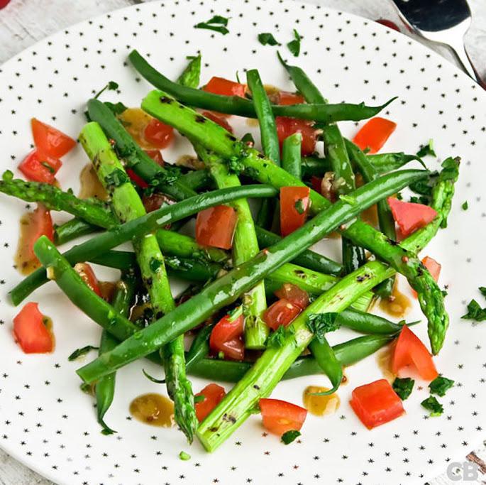 Salade van gegrilde groene asperges, haricots verts, tomaat en een klassieke vinaigrette