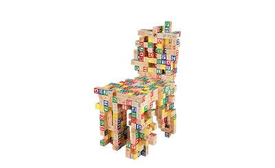 silla con cubos de madera para niños.