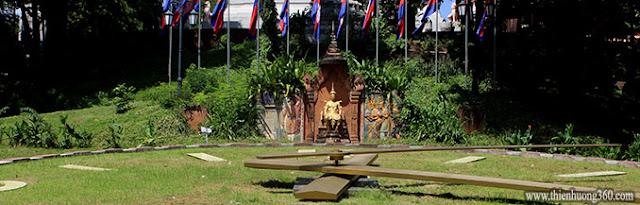 Tượng vua Ponhea Yat phía sau đồng hồ cỏ chùa bà Pênh