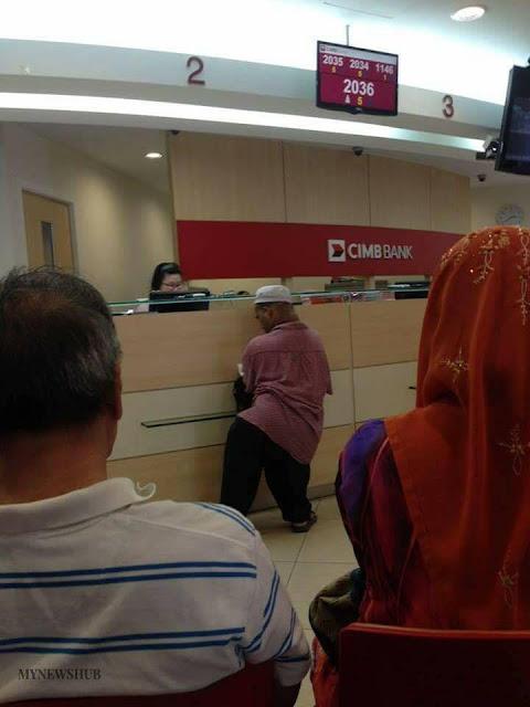 Nasabah Yang Kesulitan Di Bank Ini Jadi Viral, Ucapan Petugas Bank Pun Bikin Geram