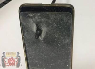 Patroli303 - Pria Ini Selamat dari Serangan Panah Berkat Handphone