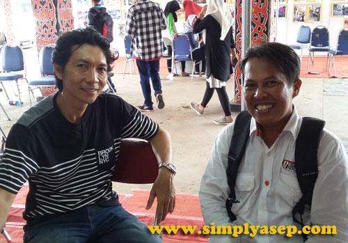 PELUKIS :  Penulis berfoto bersama Yudi Purbaya, salah satu seniman  yang sudah punya nama di jajaran elit pelukis Kalimantan Barat di stand miliknya. Foto Asep Haryono
